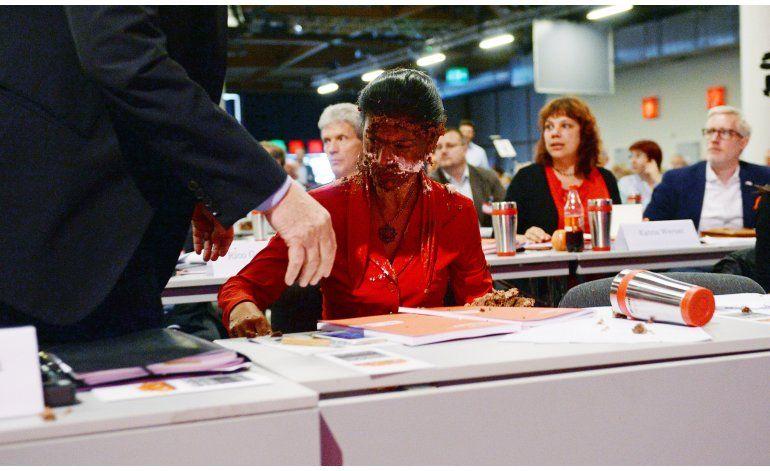 Lideresa de la oposición alemana recibe tartazo en el rostro