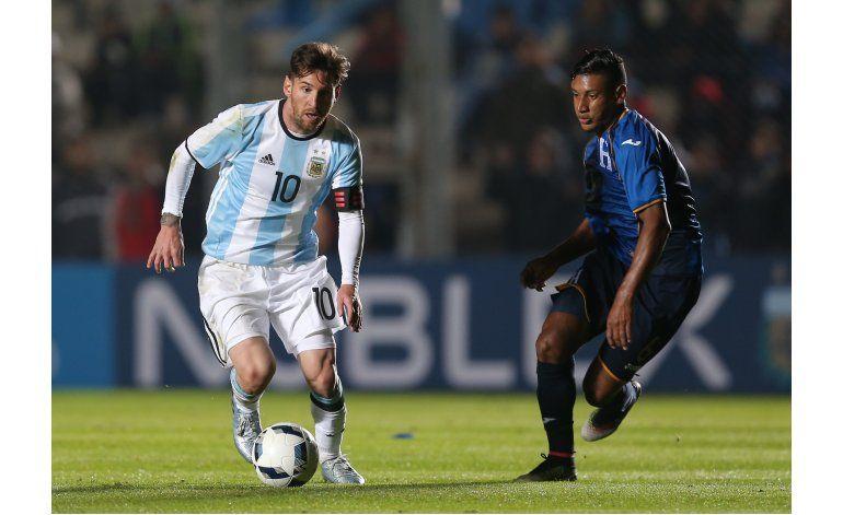 Messi se lastima costillas y zona lumbar en amistoso