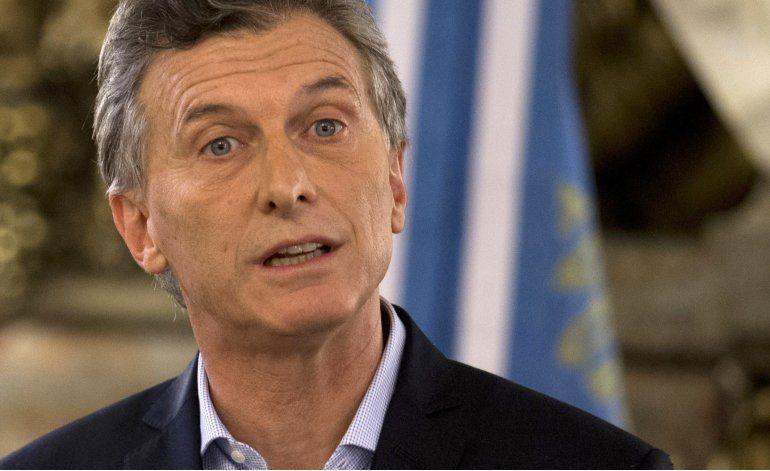 Encuestas muestran lento descenso de la aprobación de Macri