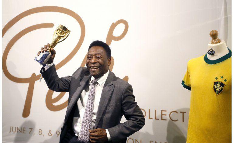 Pelé vende sus trofeos: Todos necesitan dinero