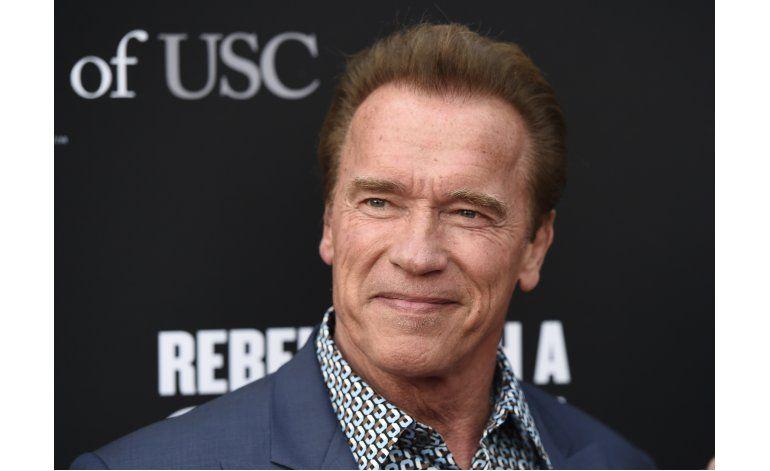 Schwarzenegger tiene encuentro cercano un elefante en safari
