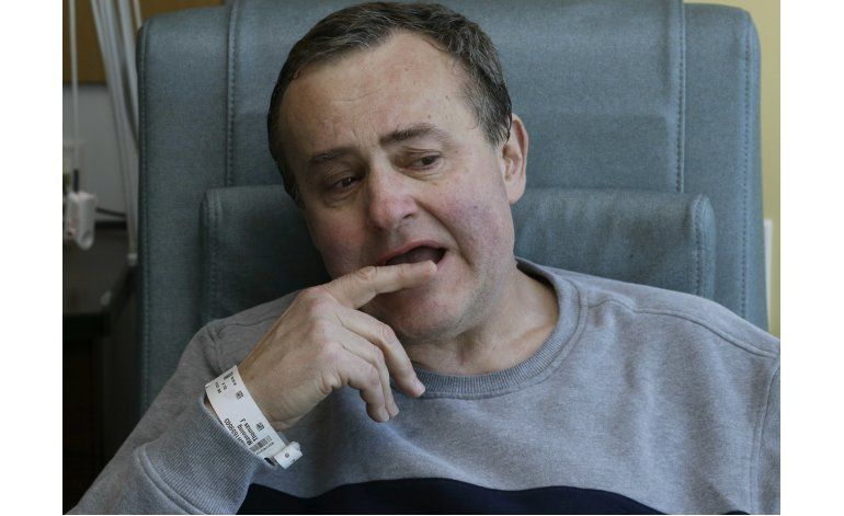 Hombre que recibió trasplante de pene deja el hospital