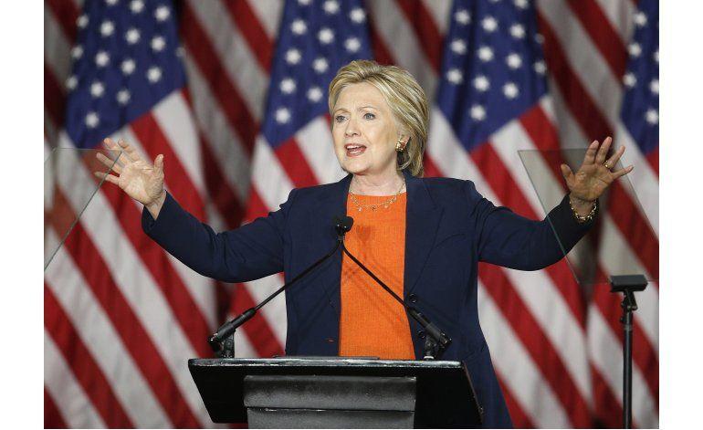Clinton dice que elegir a Trump sería un error histórico