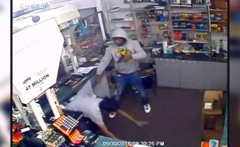 Autoridades buscan a hombre que asaltó una tienda a mano armada
