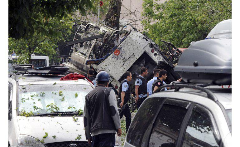 Bomba contra auto policial en Estambul deja 11 muertos