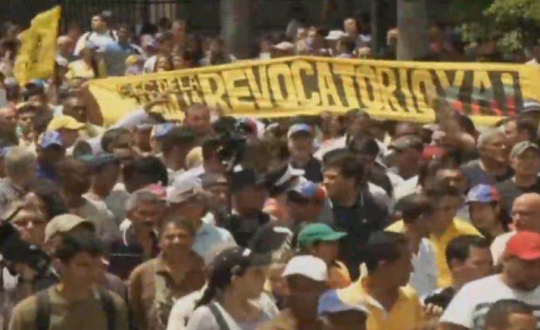 Reprimen manifestación de la oposición en Caracas que marchaba hacia el Consejo Nacional Electoral