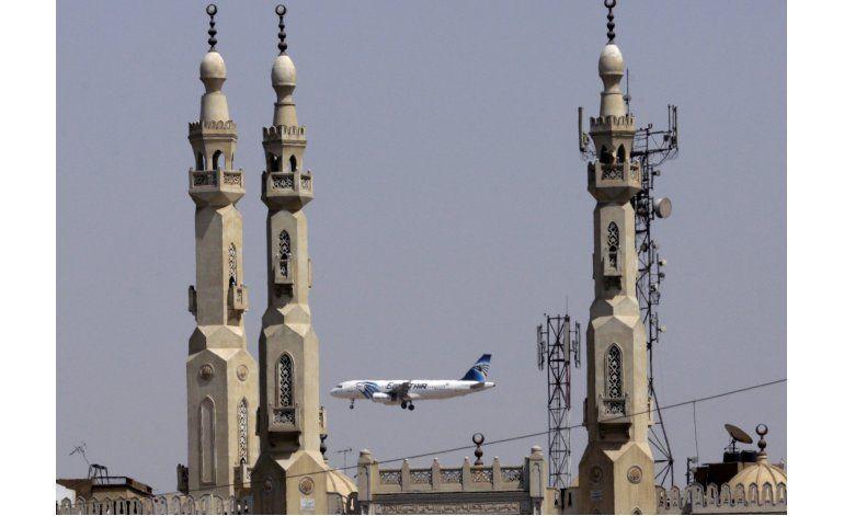 Vuelo de EgyptAir retoma su ruta tras aviso de bomba falso