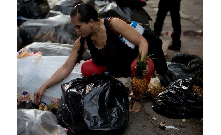 Ante la crisis, venezolanos buscan comida en basurales