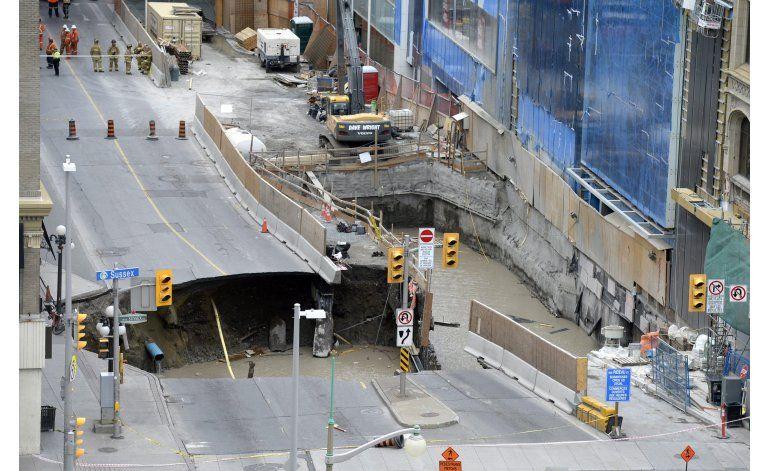 Socavón causa evacuación en centro de Ottawa
