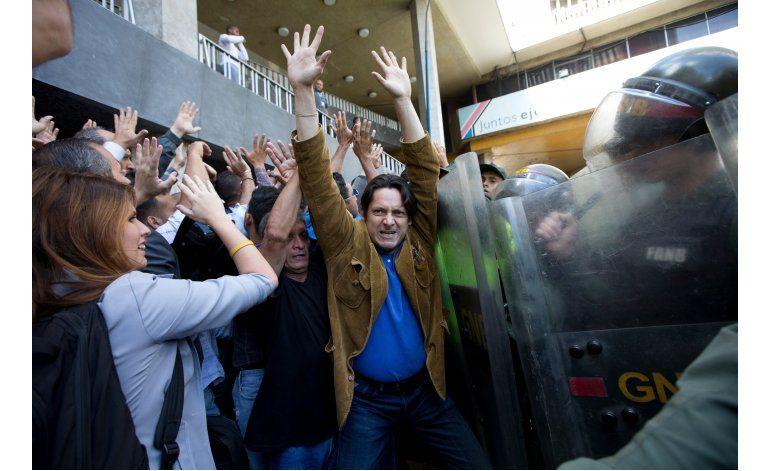 Agreden a diputados opositores en Caracas; hay saqueos
