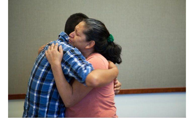 California: Madre se reúne con hijo secuestrado en 1995
