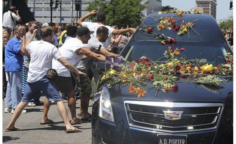 Multitud despide a Ali, sepultado en su ciudad natal