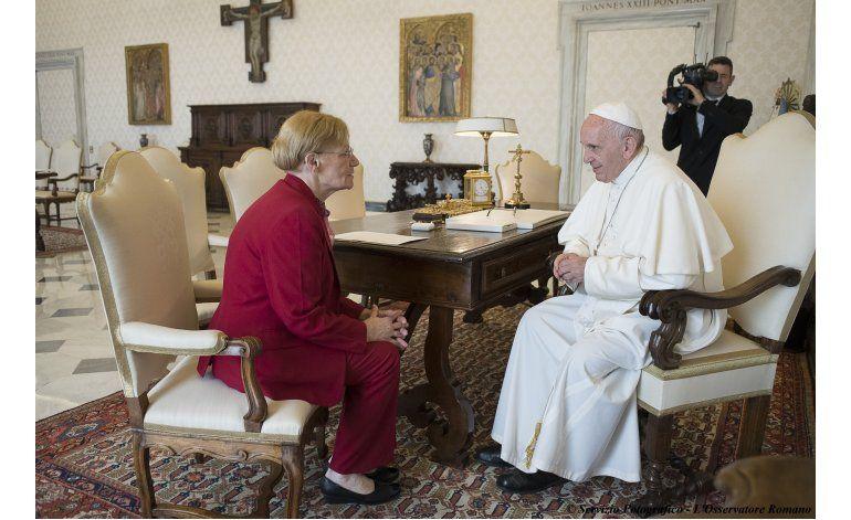 Papa se reúne con madre argentina de condenado a muerte