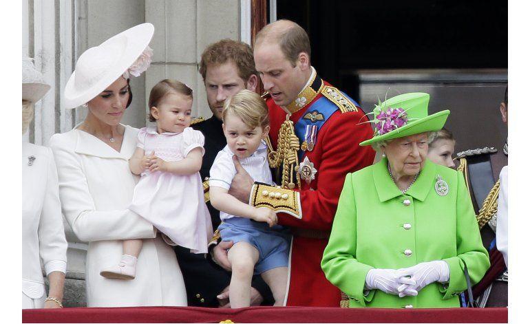 El aniversario de Isabel II remata con una fiesta callejera