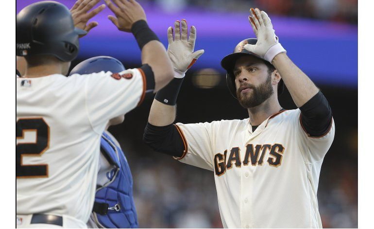 Jonrón de Belt respalda a Peavy y Gigantes ganan a Dodgers