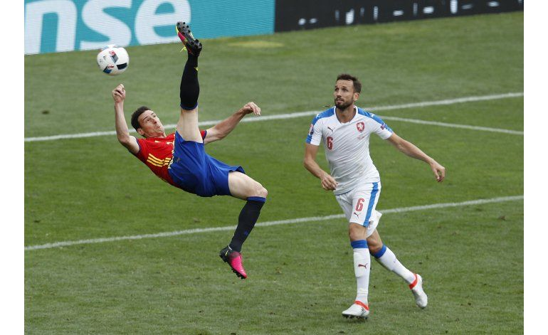La cabeza de Piqué salva a España en su debut en la Euro