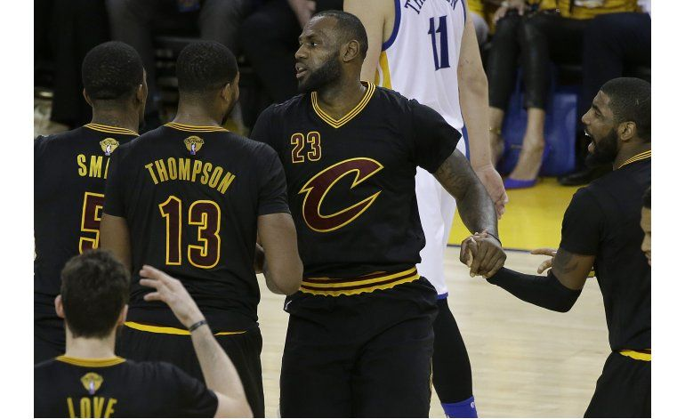 Cavs vencen a Warriors y sobreviven
