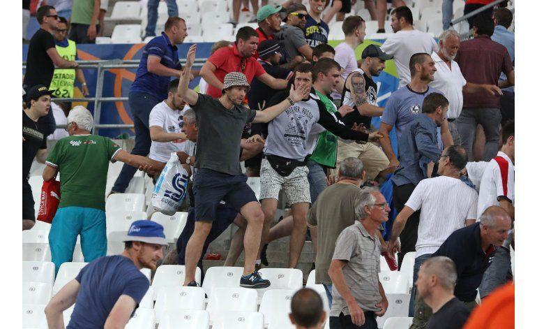 UEFA amenaza a Rusia con expulsarla de la Eurocopa