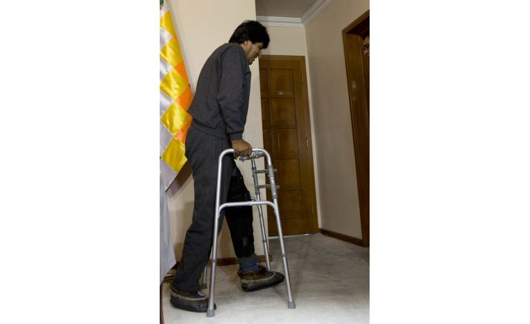Morales reaparece con andador ortopédico
