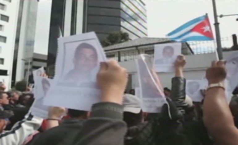 Cubanos en Ecuador protagonizaron una protesta frente a la embajada de México en Quito