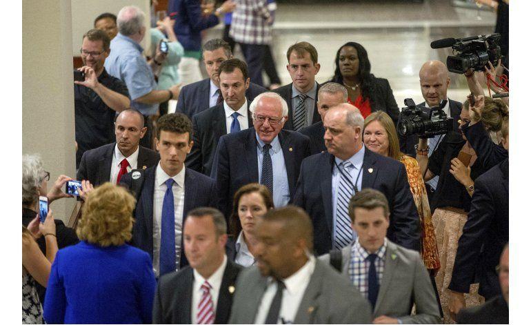 Clinton gana primarias en Washington y se reúne con Sanders