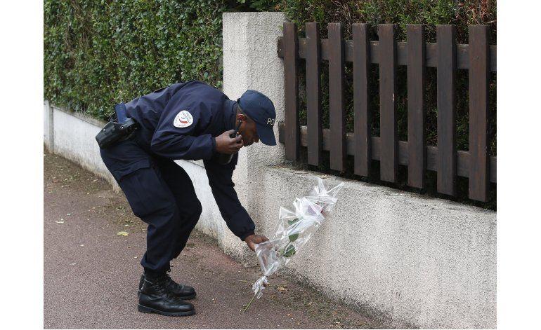 Francia llora el asesinato de dos policías, busca cómplices
