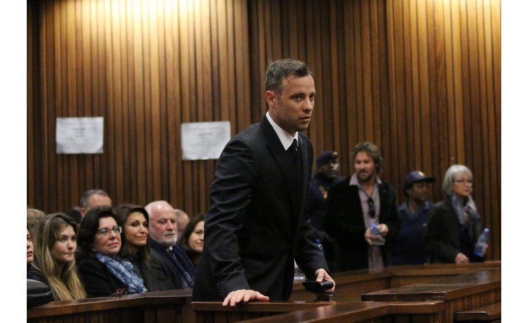 Pistorius camina sobre sus muñones en su vista de sentencia