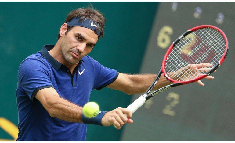Federer avanza en Halle, Nishikori se retira