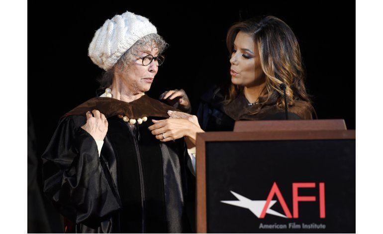 Longoria a graduados de cine: usen como guía a Rita Moreno