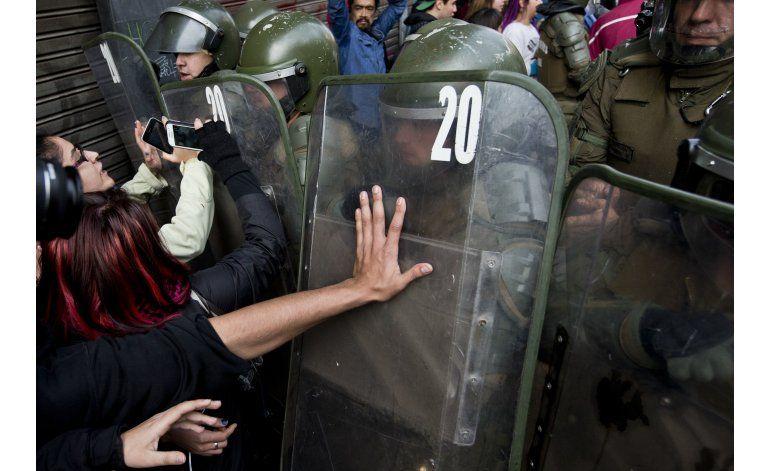 Estudiantes chilenos desafían prohibición de marchar