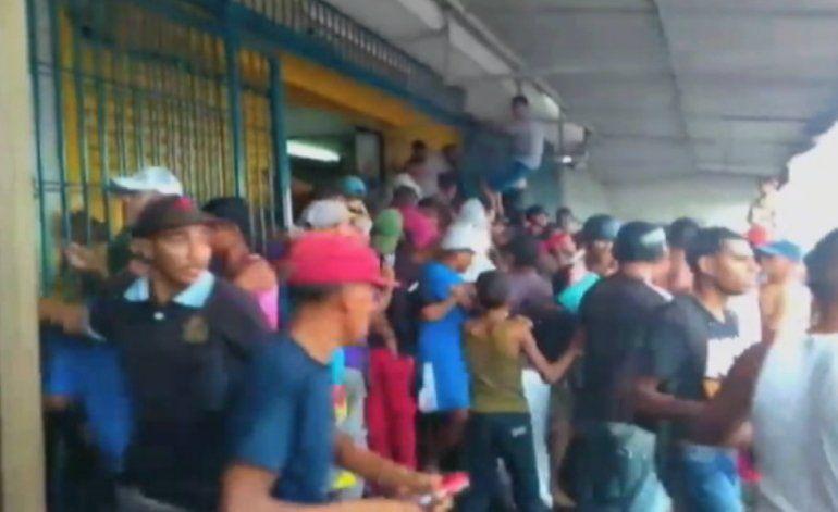 6 personas han sido asesinadas en Venezuela tras los saqueos de supermercados, farmacias y panaderías