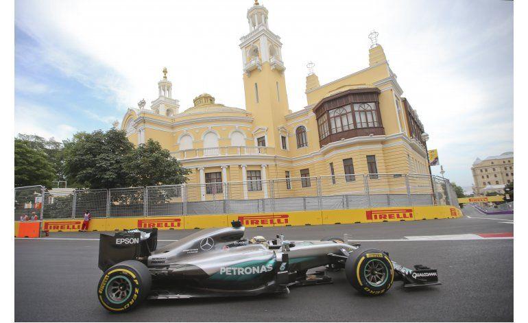 Hamilton supera a Rosberg en prácticas en Bakú