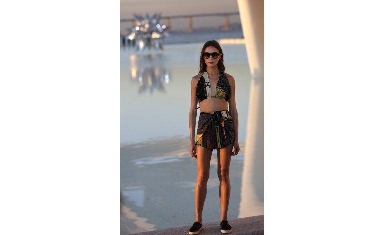 Río de Janeiro exhibe diminutos bikinis en desfile de moda