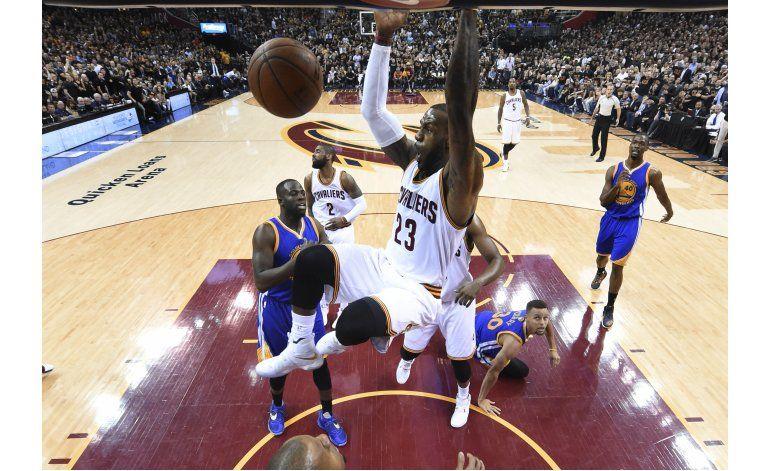 Warriors y Cavaliers con el título en la línea en el juego 7