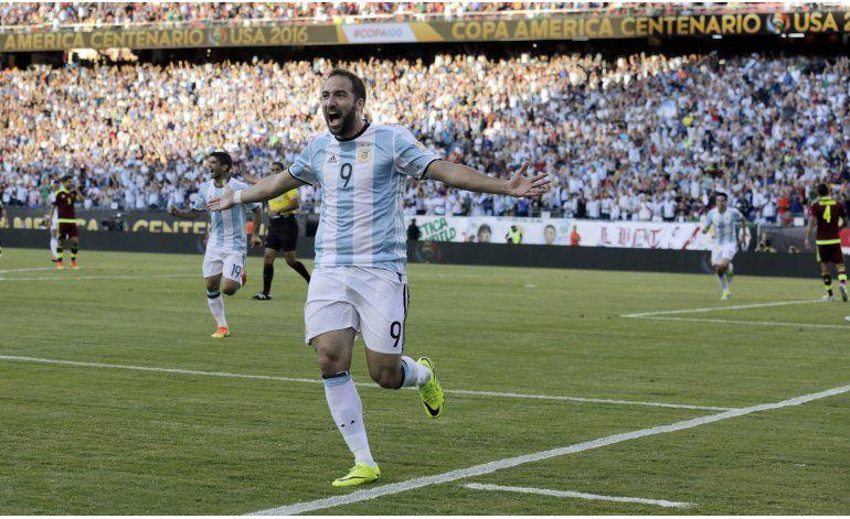 Messi anota, empata récord y Argentina pasa a semis de Copa