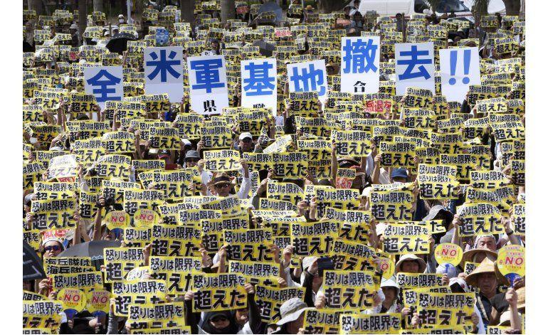 Protesta masiva en Okinawa contra presencia militar de EEUU