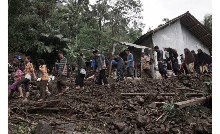 Muertos por deslaves e inundaciones Indonesia suben a 47