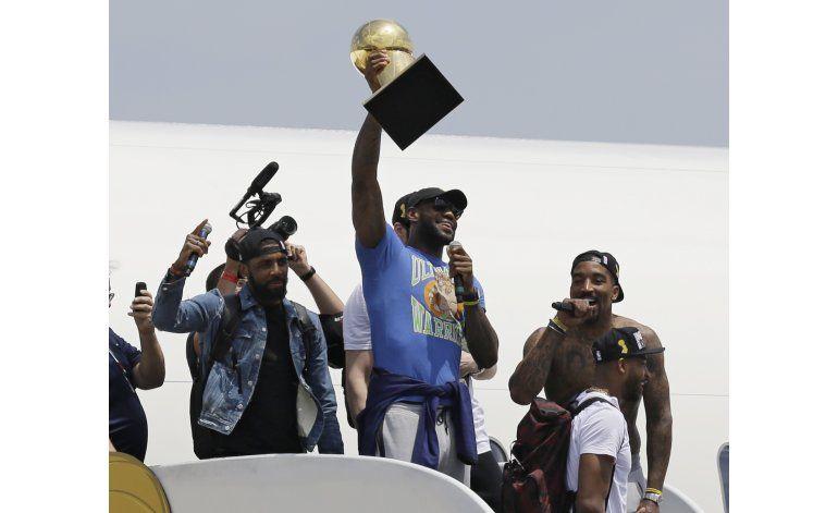 LeBron llega a Cleveland, con el trofeo que prometió