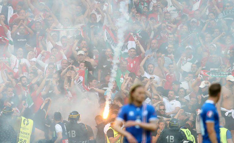 UEFA multa a Hungría por bengalas en Marsella