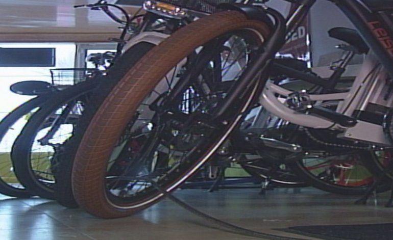 Policía de Miami Dade está busca a ladrones que robaron miles de dólares en bicicletas eléctricas