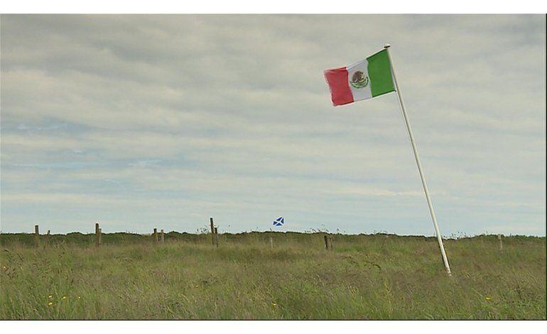 Bandera mexicana ondea en Escocia en protesta a Trump