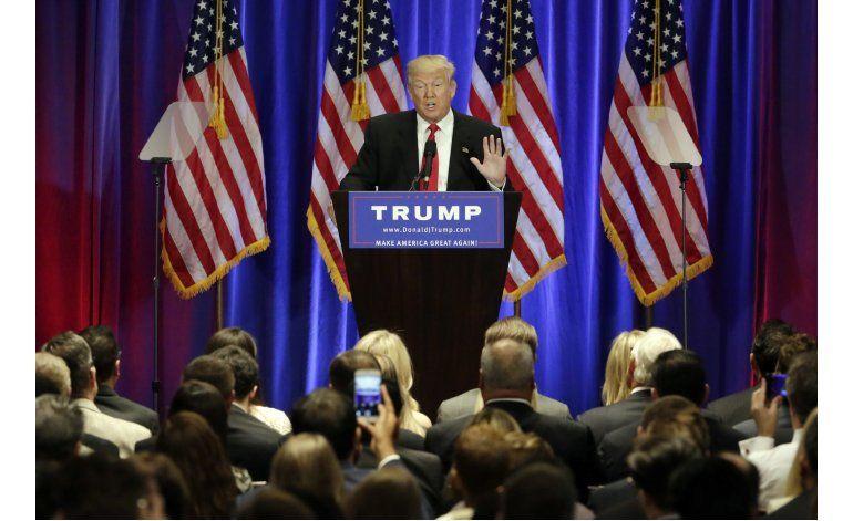 Trump lanza ataque amplio a historial de Clinton