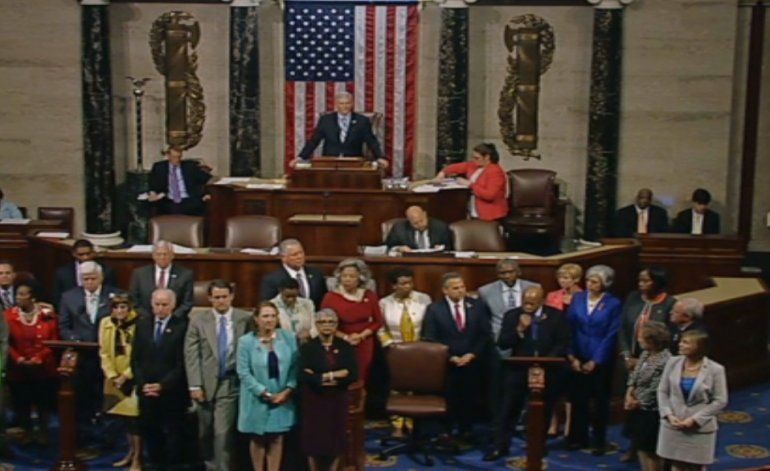 Senadores demócratas protestan sentándose en el pleno del Congreso