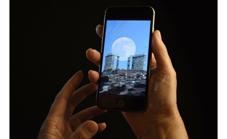 Relacionan ceguera temporal a uso de celular con un solo ojo