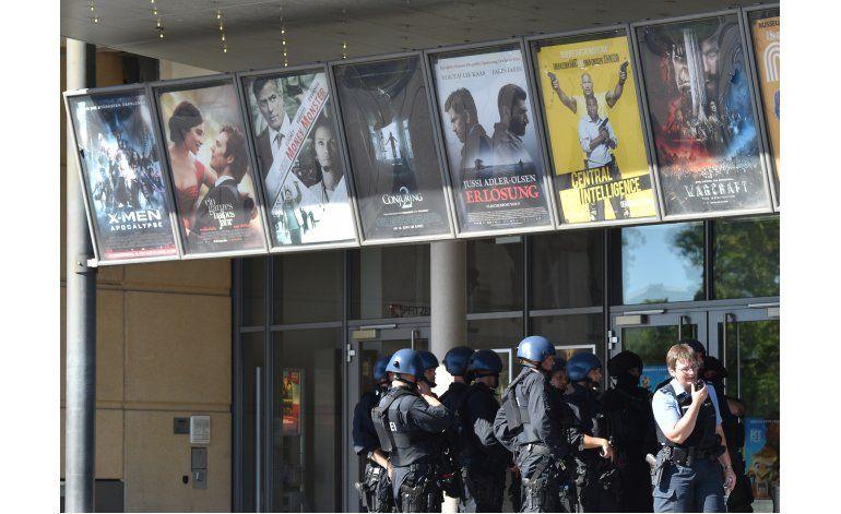 Policía abate a tiros a enmascarado en cine de Alemania