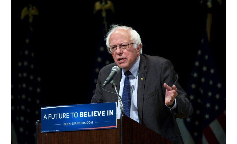 Sanders dice que votará por Clinton, pero sigue sin avalarla