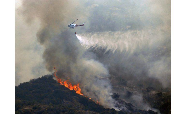 Llamas consumen casas en California; miles de evacuados
