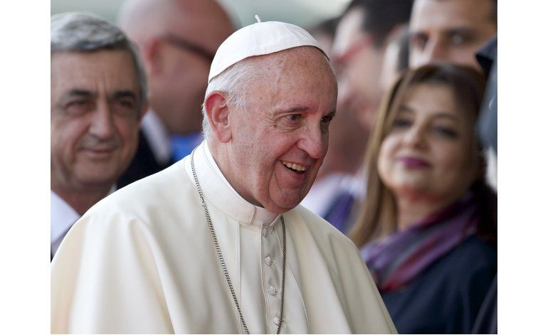 El papa pide a armenios que no olviden el genocidio