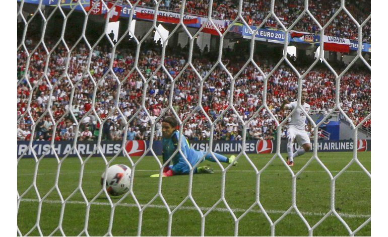 Polonia vence a Suiza en penales y avanza a cuartos