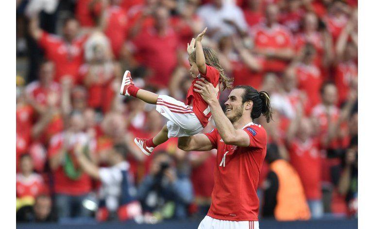 Autogol propiciado por Bales pone a Gales en cuartos